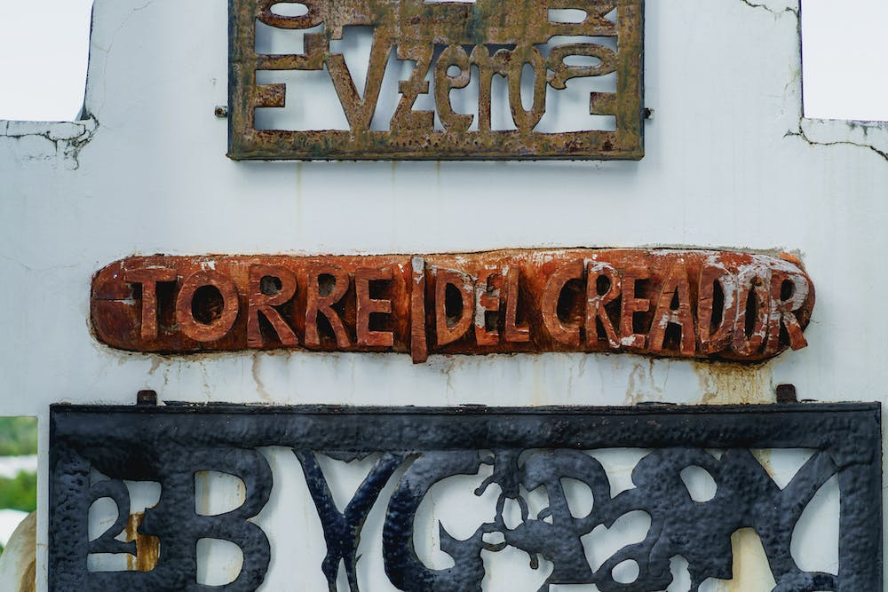 Torre del creador sign made of painted wood at Castillo Mundo King in Sosua