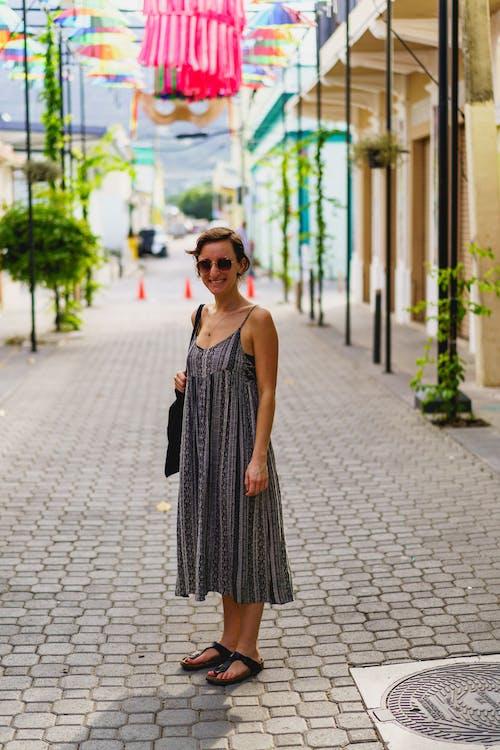 Puerto Plata şehrinde Dominik Cumhuriyeti'ndeki Instagram spot Umbrella Caddesi'nde fotoğraf için poz veren kız