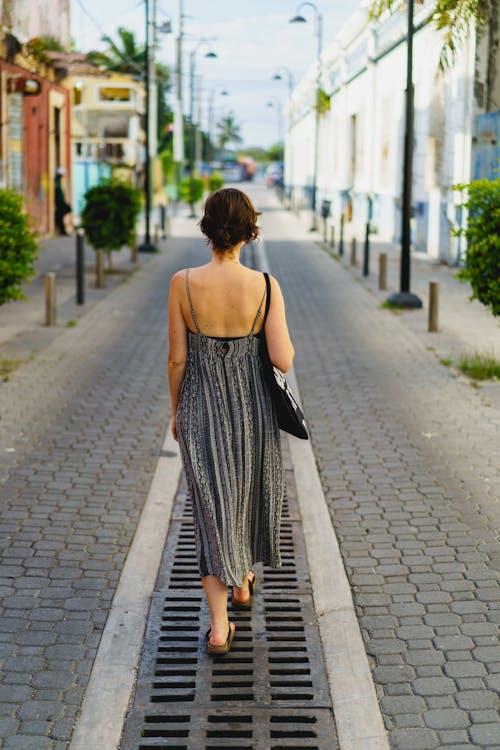 Puerto Plata şehir Dominik Cumhuriyeti'nin tarihi merkezinde yürüyen gezgin