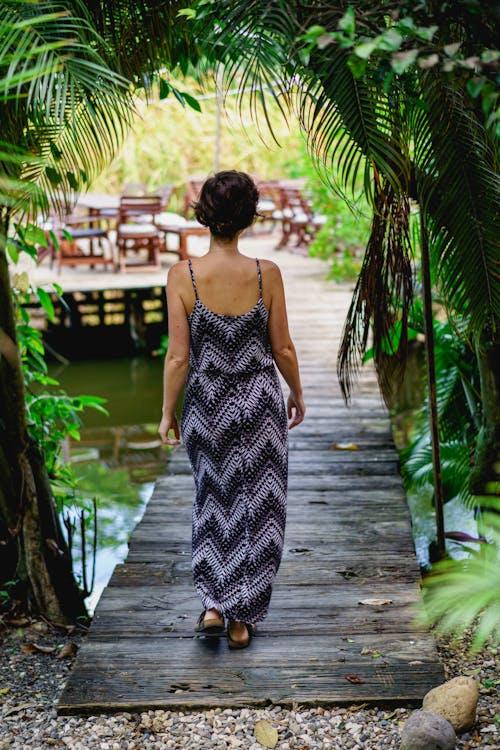 Dominik Cumhuriyeti'nde Ali'nin Sörf Kampı Cabarete'de yürüyen kız