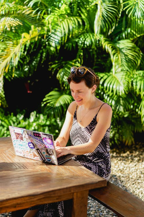 Cabarete Dominik Cumhuriyeti'ndeki Vagamundo kafe kafede uzaktan çalışan dijital göçebe kız