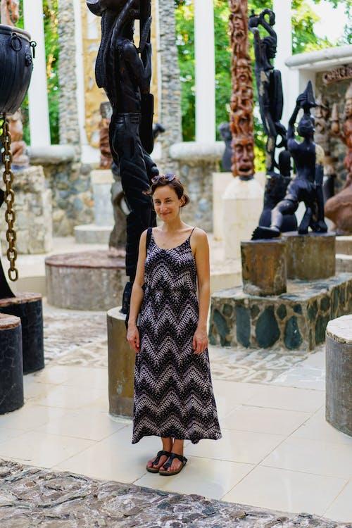 Sosua Dominik Cumhuriyeti'ndeki Castillo Mundo King sanat müzesini ziyaret eden kız