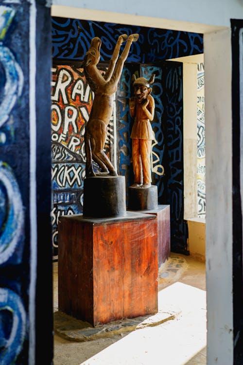 Sosua Dominik Cumhuriyeti'ndeki Castillo Mundo King Sanat Müzesi'ndeki Haiti heykelleri ve duvar duvarları