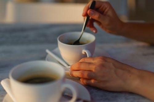 Sosua Dominik Cumhuriyeti'ndeki Waterfront Bar Playa Alicia'da Dominik kahvesi içmek