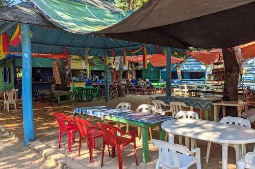 Sahilde yemek, Rio San Juan Dominik Cumhuriyeti'ndeki Playa Caleton'da duruyor