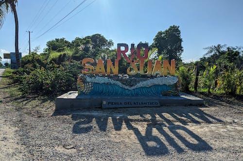 Karayolu boyunca Rio San Juan Dominik Cumhuriyeti için mektuplar işareti