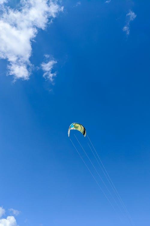 Cabarete Dominik Cumhuriyeti'nde mavi gökyüzünde uçurtma sörfçü uçurtma