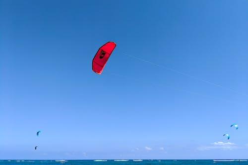 Kite Beach Cabarete Dominik Cumhuriyeti'nde gökyüzünde uçan uçurtma sörfçüleri uçurtmalar