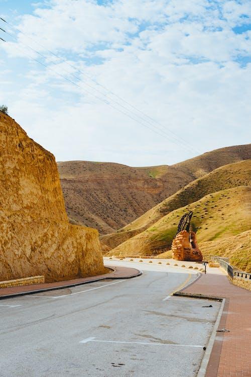 İsrail'deki sarı çöl tepelerinden dolambaçlı otoyol yolu