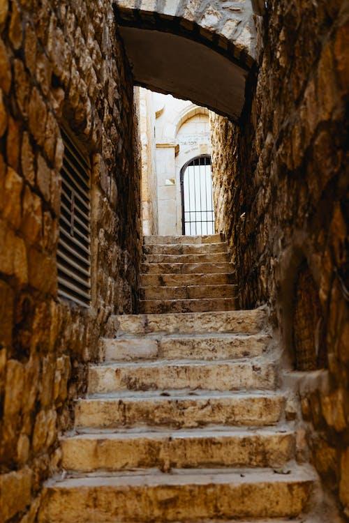 Kudüs'ün eski kentinde dar taş geçit