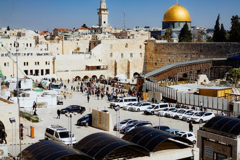 Açık bir günde Kudüs Eski Şehir'deki Ağlama Duvarı'nın dışındaki otoparkın görünümü