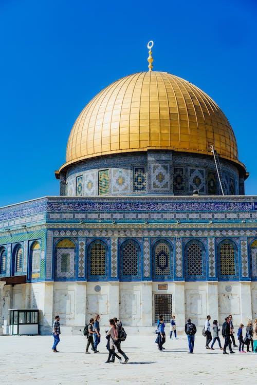 Tapınak Dağı'nda beyaz ve mavi desenli çinilerle Altın Kubbe