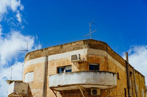 Mavi gökyüzüne karşı bronz ve beyaz taşlı Retro Bahaus mimarisi
