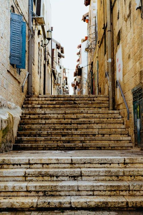 Nachlaot'ta dar bir kaldırıma çıkan Kudüs taş basamakları