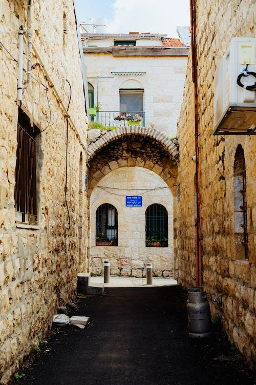 Dar bir ara sokakta Beyaz Kudüs taş kemerleri