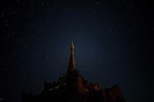 Bagan Myanmar Burma'da güneş doğmadan önce tapınağın parlayan altın tepesi