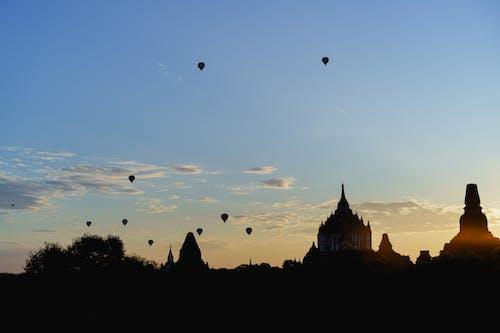 Gün doğumunda Bagan tapınaklarının silueti Myanmar Burma