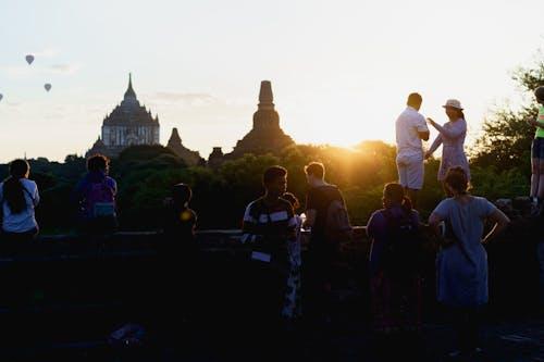 Mimalaung Kyaung Tapınağı Bagan Myanmar Burma'da gün doğumunda fotoğraf çeken turistler