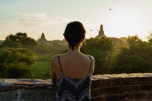 Balonların gün doğumu görünümü için Mimalaung Kyaung Tapınağı'ndaki kız Bagan Myanmar Burma