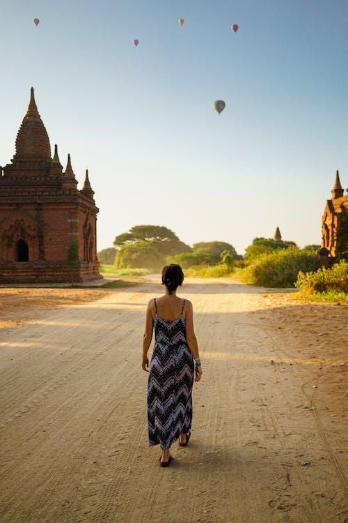 Budist pagodalar Bagan Myanmar Burma arasında toprak yolda yürüyen kız