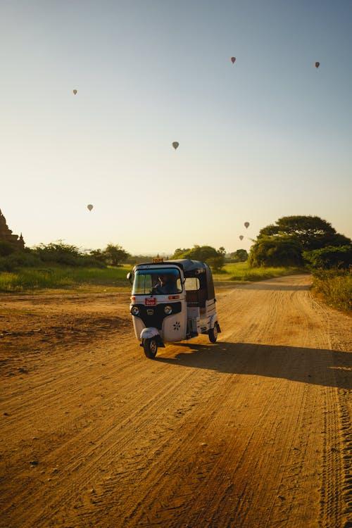 Bagan Myanmar Burma yakınlarındaki bir tuktuk turu toprak yollarında Bagan'ı dolaşın