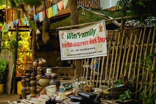 Yeni Bagan Myanmar Burma yakınlarında aileye ait lake eşya zanaatkar dükkanı