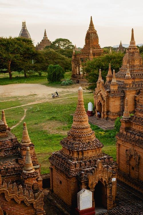 Pagodalar Bagan Myanmar Burma'da gün batımı için tırmanacak