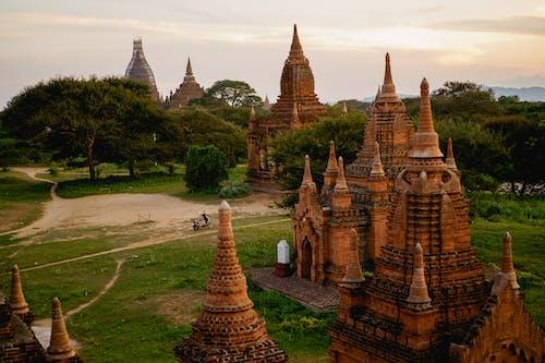 Bagan Myanmar Burma'daki pagoda tapınaklarında gün batımı izleme noktası