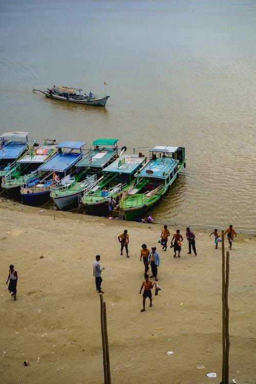 Bu Paya Pagoda Bagan Myanmar Burma'nın altındaki Irrawaddy Nehri'ne demirleyen tekneler
