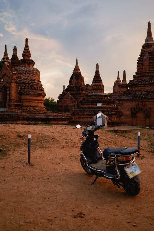 Moto e-bisiklet en iyi tapınak pagodaları Bagan Myanmar Burma'da park yerine park etti