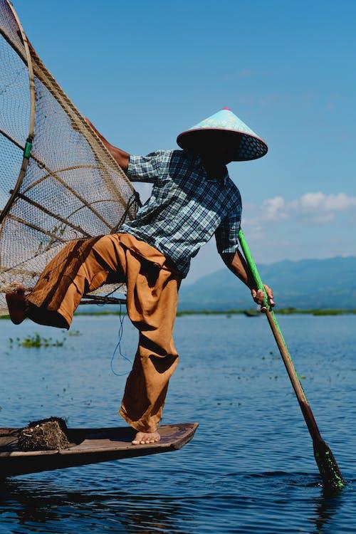 Inle Lake Myanmar'da dans eden Burmalı balıkçılar fotoğrafı