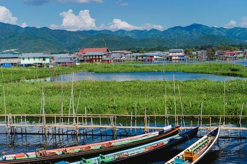 Inle Lake Myanmar'da bir rıhtıma park etmiş teknelerin görünümü