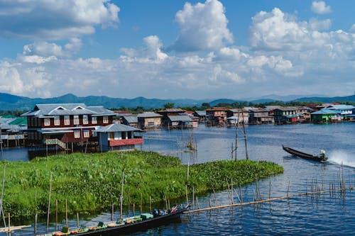 Inle Lake Myanmar'da bir tepedeki evlerden oluşan bir kasabanın sahnesi