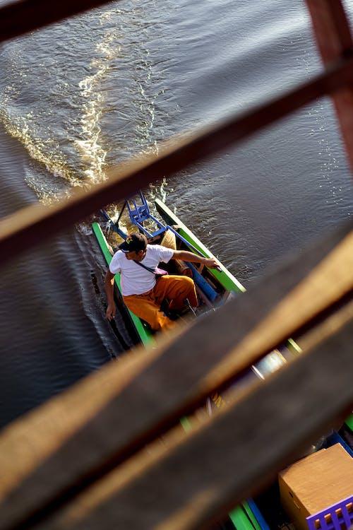 Inle Lake Myanmar'da tekne kullanan adam