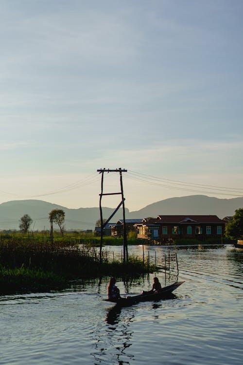 Inle Gölü Myanmar'ın altın saatinde sahne