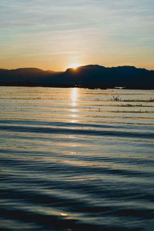 Inle Lake Myanmar'daki tekne turundan görüldüğü gibi gün batımı