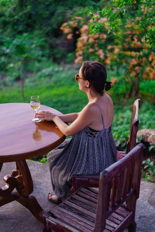Red Mountain Winery, Inle Lake Myanmar'da bir kadeh şarapla oturan kız