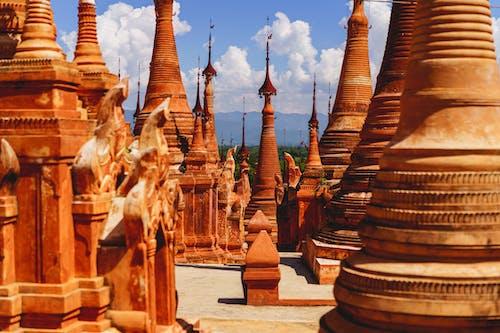 Indein pagoda Inle Lake Myanmar'da kırmızı kil ve taş pagodalar