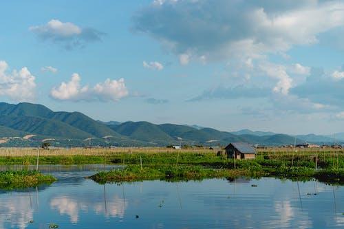 Inle Lake Myanmar'daki tekne turundan görülen yuvarlanan yeşil tepe manzarası