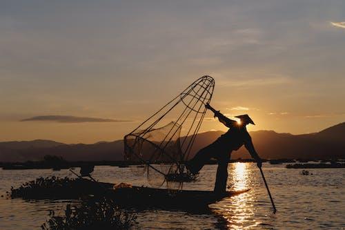 Inle Gölü Myanmar'da dans eden balıkçılar