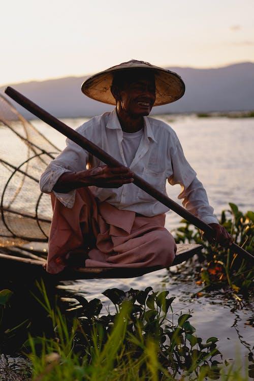 Inle Lake Myanmar'da Gülümseyen Birmanyalı balıkçı