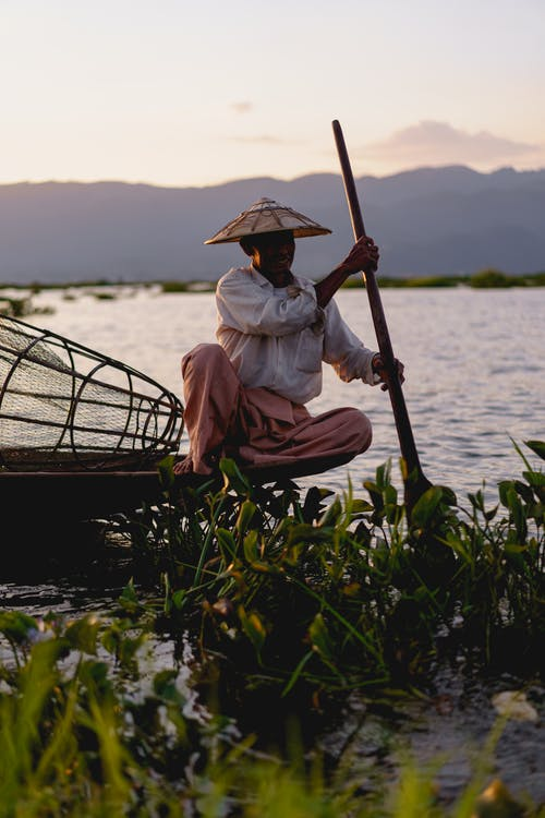 Inle Lake Myanmar'da fotoğraf için poz veren ve mola veren dans eden balıkçılar