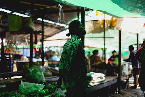 Mingalar Market nyuangshwe şehri Inle Lake Myanmar'da brandaların altında Birmanyalı kadın