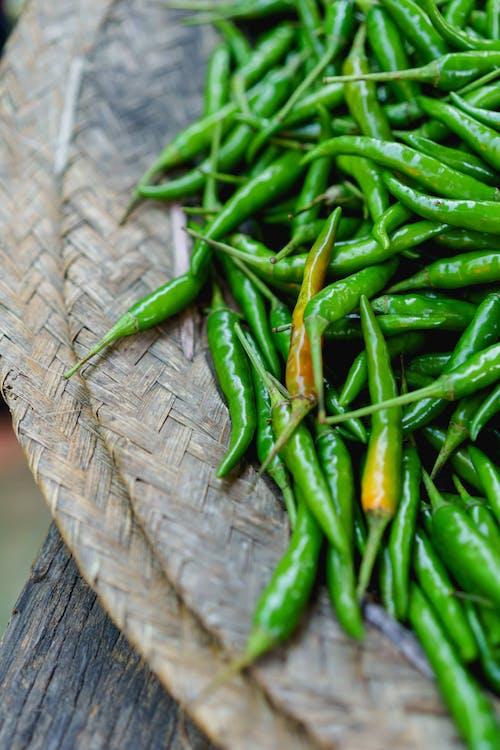 Inle Lake Myanmar şehir pazarında satılık yeşil chiles