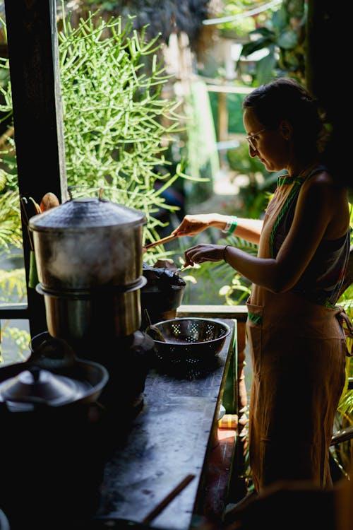 Bamboo Delight Cooking School'da Birmanya yemek kursunda yemek yapan kız