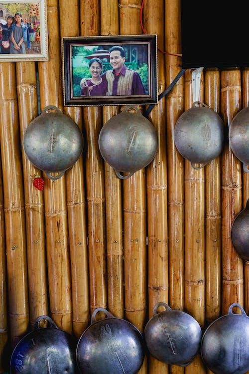 Bamboo Delight Cooking School myanmar'daki Birmanya yemek kursundaki öğretmenlerin duvarındaki fotoğraf