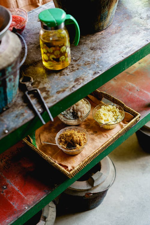 Bamboo Delight Cooking School'da Birmanya yemek kursunda Birmanya yemeklerini pişirmek için zencefil ve sarımsak gibi malzemeler