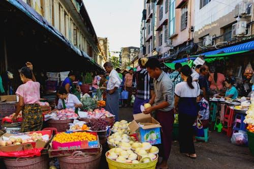 Çin Mahallesi Yangon Myanmar Burma'da meyve sebze balık satan sokak yerel pazar kadınları