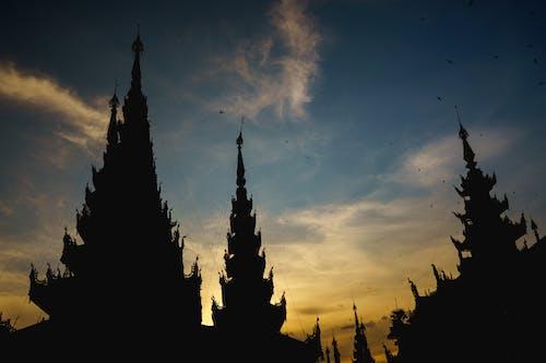 Altın saat gün batımında Shwedagon Pagoda'daki Budist tapınaklarının siluetleri Yangon Myanmar Burma