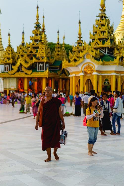 Budist dönüm noktası Shwedagon Pagoda Yangon Myanmar Burma'da yürüyen kırmızı cüppe giyen keşiş